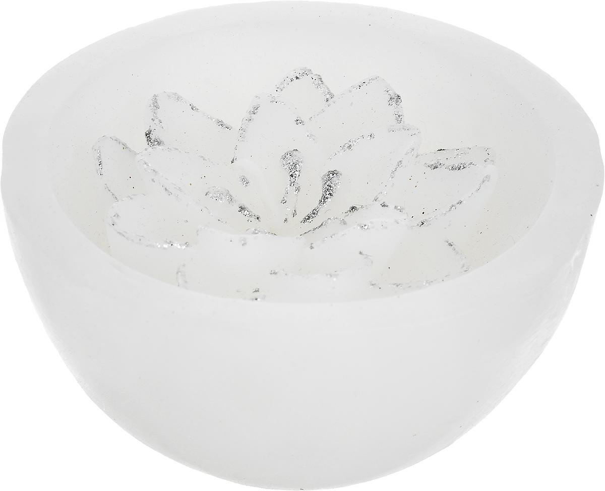 Свеча декоративная Lovemark Хризантема, цвет: белый, серебристый, диаметр 8 см1210GSS014Свеча Lovemark Хризантема, изготовленная из высококачественного парафина, станет прекрасным украшением интерьера помещения. Изделие украшено сверкающими блестками.Такая свеча создаст атмосферу таинственности и загадочности и наполнит ваш дом волшебством и ощущением праздника. Хороший сувенир для друзей и близких.