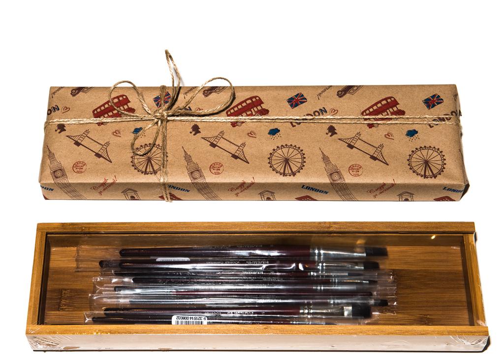 Прекрасный подарочный комплект для профессиональной живописи акрилом, маслом и темперой, включающий 12 кистей разной формы и размера.  Набор позволяет комфортабельно работать с полотном любого формата. Кисти заботливо уложены в элегантный бамбуковый пенал, упакованный в элитную крафт-бумагу, дополненную изящной биркой для поздравлений, ведь в подарке важно не только содержание, но и красивая упаковка.В состав Merci Кисти синтетика входят:•    Кисти из мягкой синтетики Малевичъ Осень, круглые № 0, 2, 4, 6, 10•    Кисти из мягкой синтетики Малевичъ Осень, плоские № 2, 4, 6, 8, 12, 18, 22•    Пенал для кистей из бамбука МЛ-100