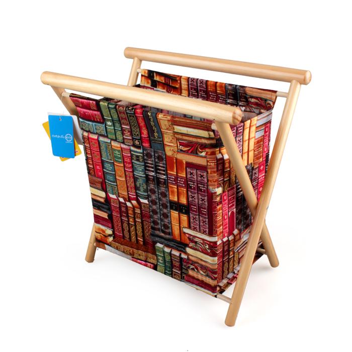 Газетница RTO, 36,5 x 23 x 35 см139598Газетница RTO, выполненная из дерева (сосна) и хлопковой ткани, прекрасно выпишется в интерьер, как гостиной, спальни, детской, так и станет прекрасным декоративным элементом коридора или кухни. В ней можно хранить все журналы, газеты и записные книжки. Так же ее можно использовать как шкатулку для хранения материалов для рукоделия. Такая яркая и многофункциональная вещь станет отличным подарком! В газетнице имеется пластиковый поддон, петля-держатель на кнопке для спиц, пряжи или ниток и игольница.