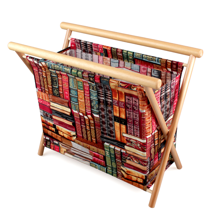 Газетница RTO, 45,5 x 21 x 35 смRG-D31SГазетница RTO, выполненная из дерева (сосна) и хлопковой ткани, прекрасно выпишется в интерьер, как гостиной, спальни, детской, так и станет прекрасным декоративным элементом коридора или кухни. В ней можно хранить все журналы, газеты и записные книжки. Так же ее можно использовать как шкатулку для хранения материалов для рукоделия. Такая яркая и многофункциональная вещь станет отличным подарком! В газетнице имеется пластиковый поддон, петля-держатель на кнопке для спиц, пряжи или ниток и игольница.