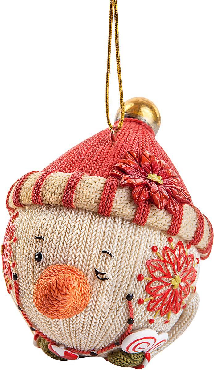 Украшение декоративное подвесное Mister Christmas Снеговик. SM-21ASM-21AХарактеристика статуэтки Mister Christmas Снеговик:Высота: 10 см.Материал: полистоун.Идея новогодних украшений от Mister Christmas берет свое начало из времен средне- вековой Шотландии, когда появилась традиция праздновать Новый год или Хогмани, как его называют сами шотландцы. В основном люди жили очень бедно и не могли себе позволить дорогие украшения для новогодней елки. И в те далекие времена не было специальных игрушек. Елки украшали предметами, которые люди сами делали вручную. Среди них особую популярность имели вязаные игрушки из шерсти. Большая часть населения занималась овцеводством, поэтому наиболее доступным материалом для простого народа была именно овечья шерсть. Пастухи стригли овец и изготавливали шерстяные нити. Их жены вечерами, когда было свободное время для отдыха, вязали одежду, различные игрушки для детей, а также поделки, которые дарили на разные праздники. Эти украшения представляли из себя сказочных существ: русалок, гномов, духов деревьев, водяных духов и других. Изготовленные вручную поделки люди дарили родным и друзьям на разные праздники. Одним из таких праздников был Новый год. Подаренные украшения вешали на растущую рядом с домом елку. Она стояла весь год нарядная и каждый день напоминала о новогоднем празднике, продлевая минуты радости, тепла и счастья в то нелегкое время.