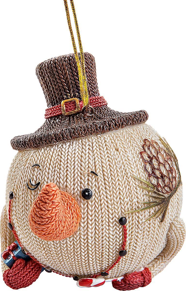Украшение декоративное подвесное Mister Christmas Снеговик в шляпе. SM-22ASM-22AХарактеристика статуэтки Mister Christmas Снеговик в шляпе.:Высота: 10 см.Материал: полистоун.Идея новогодних украшений от Mister Christmas берет свое начало из времен средне- вековой Шотландии, когда появилась традиция праздновать Новый год или Хогмани, как его называют сами шотландцы. В основном люди жили очень бедно и не могли себе позволить дорогие украшения для новогодней елки. И в те далекие времена не было специальных игрушек. Елки украшали предметами, которые люди сами делали вручную. Среди них особую популярность имели вязаные игрушки из шерсти. Большая часть населения занималась овцеводством, поэтому наиболее доступным материалом для простого народа была именно овечья шерсть. Пастухи стригли овец и изготавливали шерстяные нити. Их жены вечерами, когда было свободное время для отдыха, вязали одежду, различные игрушки для детей, а также поделки, которые дарили на разные праздники. Эти украшения представляли из себя сказочных существ: русалок, гномов, духов деревьев, водяных духов и других. Изготовленные вручную поделки люди дарили родным и друзьям на разные праздники. Одним из таких праздников был Новый год. Подаренные украшения вешали на растущую рядом с домом елку. Она стояла весь год нарядная и каждый день напоминала о новогоднем празднике, продлевая минуты радости, тепла и счастья в то нелегкое время.