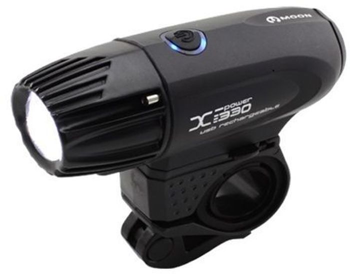 Фонарь передний Moon X-Power330, 1 диод, 5 режимовMW-1462-01-SR серебристыйОсобенности - 1 CREE XM-L (T5) ультра яркий LED светодиод - Быстросъемная lithium ion батарея(3.7V 3300mAh) - USB зарядка - Влагозащищенный корпус с алюминиевой головкой - 5 режимов : Максимум / Высоко / Высоко / Высоко / Мигание - Быстросъемное крепление на руль (22-31.8mm) - Быстросъемное крепление на шлем - Индикатор разряда и полной зарядки аккумулятора - Функция автоматического отключения при полной зарядке - Оптические линзы - Размер:105 x 35 x 37mm