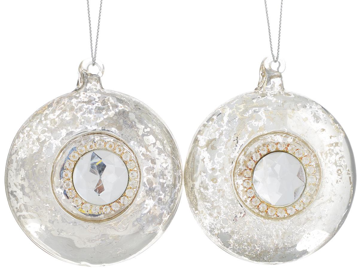 Набор новогодних подвесных украшений Lovemark, цвет: серебристый, диаметр 8 см, 2 штMTY-N06007Набор подвесных украшений Lovemark прекрасно подойдет для праздничного декора новогодней ели. Набор состоит из 2 дисков, выполненных из стекла. Изделия декорированы крупным граненым камнем и стразами. Для удобного размещения на елке для каждого украшения предусмотрена петелька. Елочная игрушка - символ Нового года. Она несет в себе волшебство и красоту праздника. Создайте в своем доме атмосферу веселья и радости, украшая новогоднюю елку нарядными игрушками, которые будут из года в год накапливать теплоту воспоминаний. Откройте для себя удивительный мир сказок и грез. Почувствуйте волшебные минуты ожидания праздника, создайте новогоднее настроение вашим дорогим и близким.