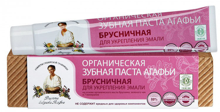 Рецепты бабушки Агафьи Зубная паста Брусничная, 75 млMP59.4DЗубная паста обеспечивает эффективный уход за полостью рта, укрепляет зубную эмаль, препятствует развитию кариеса. При этом она бережно полирует эмаль зубов, возвращая ей блеск и естественную белизну. Природные ультра мелкозернистые абразивные компоненты способствуют эффективному и бережному удалению зубного налета. Органические экстракты таёжной брусники и монгольского чая обеспечивают профилактику от болезней полости рта, являются источником витаминов и микроэлементов, обладают антиоксидантными свойствами и оказывают противовоспалительное действие, укрепляет зубную эмаль, восстанавливают и поддерживают в норме микрофлору полости рта.