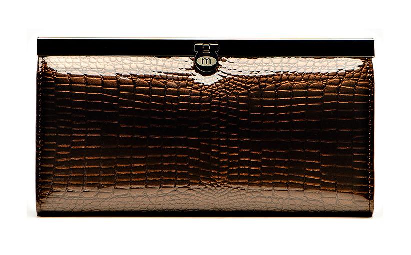 Кошелек женский Malgrado, цвет: коричневый. 73003-01411#1-022_516Стильный кошелек Malgrado изготовлен из натуральной лаковой кожи высшего качества коричневого цвета с декоративным тиснением под рептилию. Внутри кошелек содержит четыре отделения для купюр, отделение для мелочи на молнии, два кармана из кожи для бумаг и чеков, четыре кармашка для кредитных карт или визиток и два кармана с окошками из прозрачного пластика. Закрывается кошелек на металлический замочек.Кошелек упакован в фирменную металлическую коробку.Такой кошелек станет замечательным подарком человеку, ценящему качественные и практичные вещи. Характеристики:Материал: натуральная кожа, текстиль, металл. Размер кошелька: 19 см х 10 см х 2 см. Цвет: коричневый. Размер упаковки:23 см х 13 см х 5 см. Артикул: 73003-01411# Coffee.