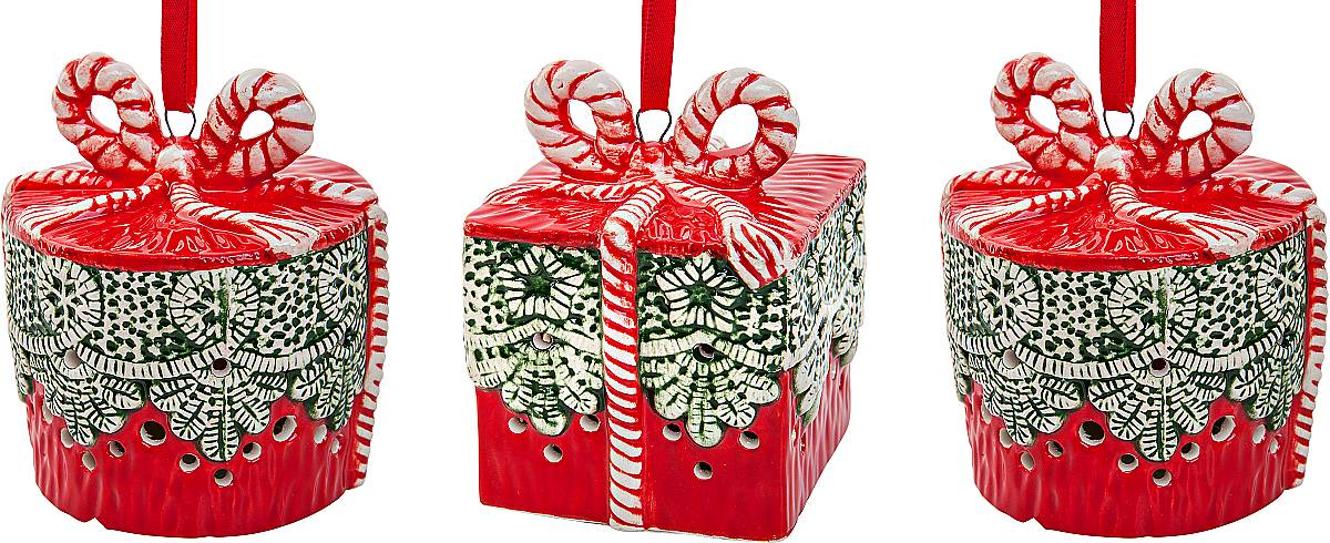 Набор новогодних подвесных украшений Mister Christmas, цвет: красный, высота 8 см, 3 шт. SGL-69063311Набор подвесных украшений Mister Christmas прекрасно подойдет для праздничного декора новогодней ели. Набор состоит из 3 керамических украшений в виде коробок для подарков. Для удобного размещения на елке для каждого украшения предусмотрено петелька. Елочная игрушка - символ Нового года. Она несет в себе волшебство и красоту праздника. Создайте в своем доме атмосферу веселья и радости, украшая новогоднюю елку нарядными игрушками, которые будут из года в год накапливать теплоту воспоминаний. Откройте для себя удивительный мир сказок и грез. Почувствуйте волшебные минуты ожидания праздника, создайте новогоднее настроение вашим дорогим и близким.Высота украшения: 8 см.