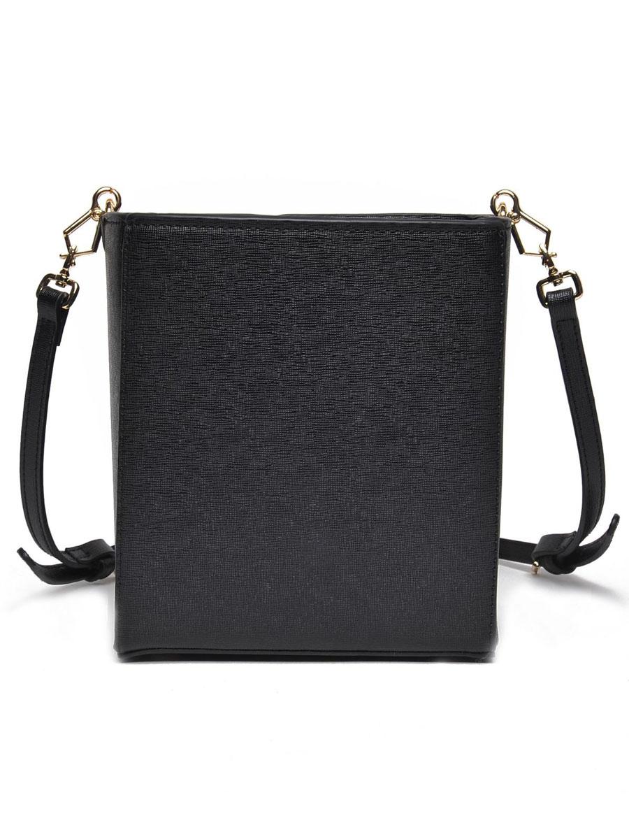 Сумка женская Top Secret, цвет: черный. SBG0913CA16701010B/46980/7500NОригинальная сумка Top Secret выполнена из искусственной кожи с естественной фактурой в форме прямоугольника и оформлена золотистой фурнитурой. Сумка имеет одно отделение, которое затягивается шнурком из искусственной кожи. Внутри имеется прорезной карман на застежке-молнии и накладной карман для телефона и мелочей. Изделие имеет жесткую конструкцию, оснащено удобным съемным плечевым ремнем и небольшими металлическими ножками, которые будут предохранять дно сумки от преждевременного износа, трения о твердые поверхности, а также от загрязнения. Роскошная сумка внесет элегантные нотки в ваш образ и подчеркнет ваше отменное чувство стиля. Лаконичный цвет и простая форма помогут ей вписаться даже в самый сложный и продуманный гардероб.