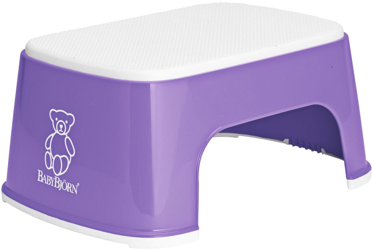 При помощи BABYBJОRN Стульчика–подставки ваш ребенок сможет сам легко забраться на туалетное сиденье или достать до умывальника. BABYBJОRN Стульчик–подставки имеет резиновое покрытие, благодаря которому ребенок может надежно на нем стоять даже с мокрыми ногами. Благодаря широким резиновым планкам стульчик–подставка устойчиво стоит на полу, даже если ребенок много двигается. BABYBJОRN Стульчик–подставку легко мыть под краном. Стульчик–подставка гармонирует с BABYBJОRN Сидением для Унитаза и со всеми нашими горшками. В пластмассовых изделиях BABYBJORN не содержится бисфенол А (BPA). Размер: 31,5 x 24 x 15,5 cm