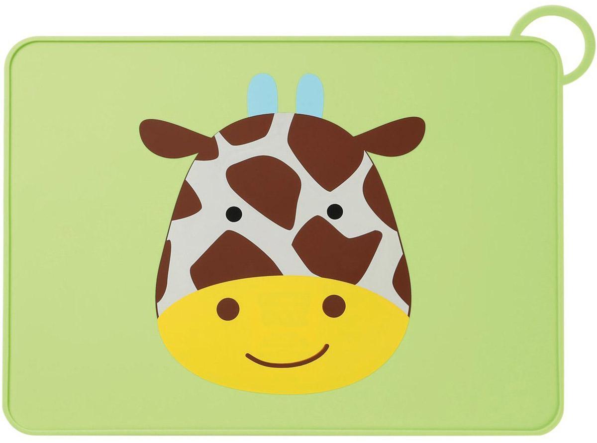 SkipHop Коврик на стол Жираф913381Коврик на стол SkipHop Жираф поможет вашему малышу познакомиться со взрослой посудой.Он изготовлен из прочного пищевого силикона и обладает нескользящей поверхностью. Благодаря этому тарелка останется неподвижной, а специальный приподнятый бортик не даст оказаться на столе тому, что выпало из нее. Лицевая сторона коврика декорирована изображением милого жирафика. Коврик для столовых приборов снабжен петлей для сушки или для хранения в сложенном виде.Рекомендуется ручная мойка или мойка в посудомоечной машине только на верхней полке.