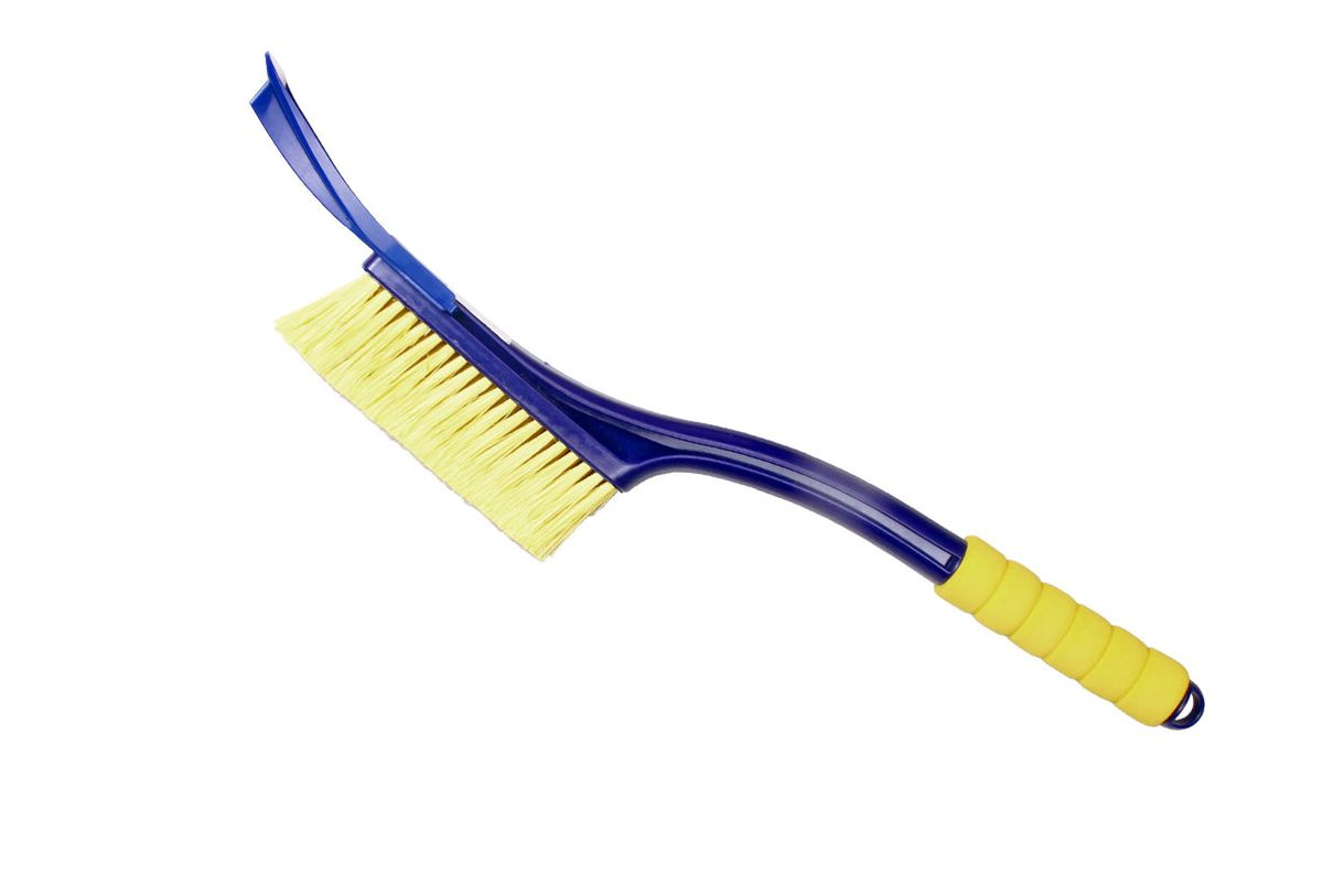 Щетка для снега Goodyear WB-04, со съемным скребком, цвет: синий, желтый, длина 55 смВетерок 2ГФУдобная щетка Goodyear для удаления снега и льда с поверхности автомобиля.Щетка изготовлена с применением распушенной щетины, что позволяет бережно и эффективно очистить кузов и стекла от снега. Съемный скребок для очистки стекол ото льда незаменим в зимние морозы. Легко и аккуратно очищает наледь.Антискользящая ручка EVA не настывает на морозе и обеспечивает комфорт во время эксплуатации.Зимние щетки Goodyear адаптированы к российским условиям. Детали сделаны из морозостойкого пластика, устойчивого к низким температурам до -50 ?С.