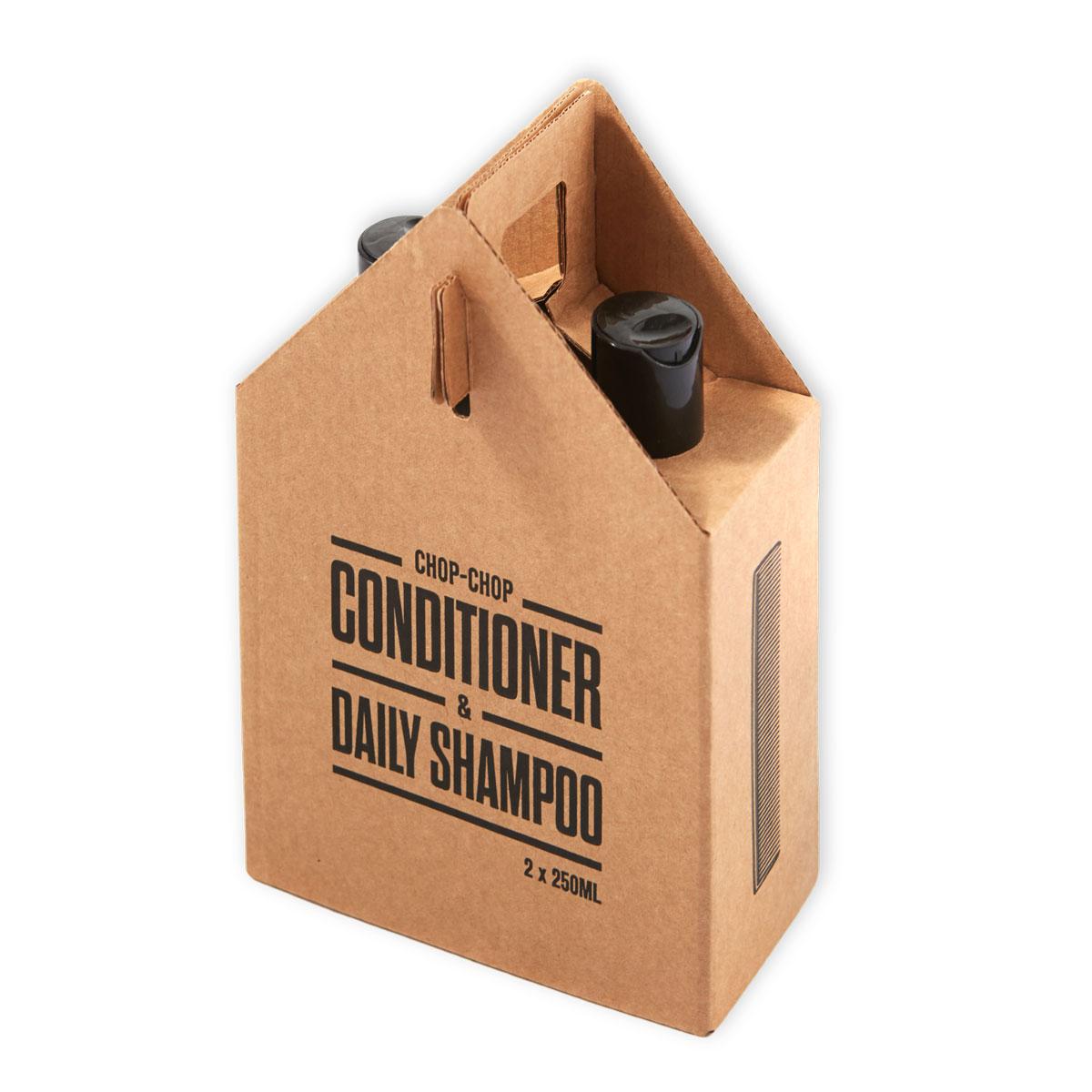 Chop-Chop Комбо набор Шампунь 250 мл и Кондиционер 250 млFS-00610Тот случай, когда за формулу «два-в-одном» не стыдно. Шампунь и кондиционер Chop-Chop в одном наборе, в экологической, полностью разлагаемой упаковке. Разработан при особом участии мастеров самой крупной сети парикмахерских для мужчин Chop-Chop, руки которых имели тенденцию страдать от постоянного воздействия обычных шампуней и кондиционеров. Здесь такой проблемы нет. Шампунь бережно относится к коже и волосам – питает их энергией, придает объем и облегчает расчесывание. В основе парфюмерной композиции – бергамот и лаванда. Средство для дополнительного ухода – кондиционер, смягчающий волосы и созданный, чтобы работать в паре с шампунем Chop-Chop. Обладает легким освежающим эффектом.