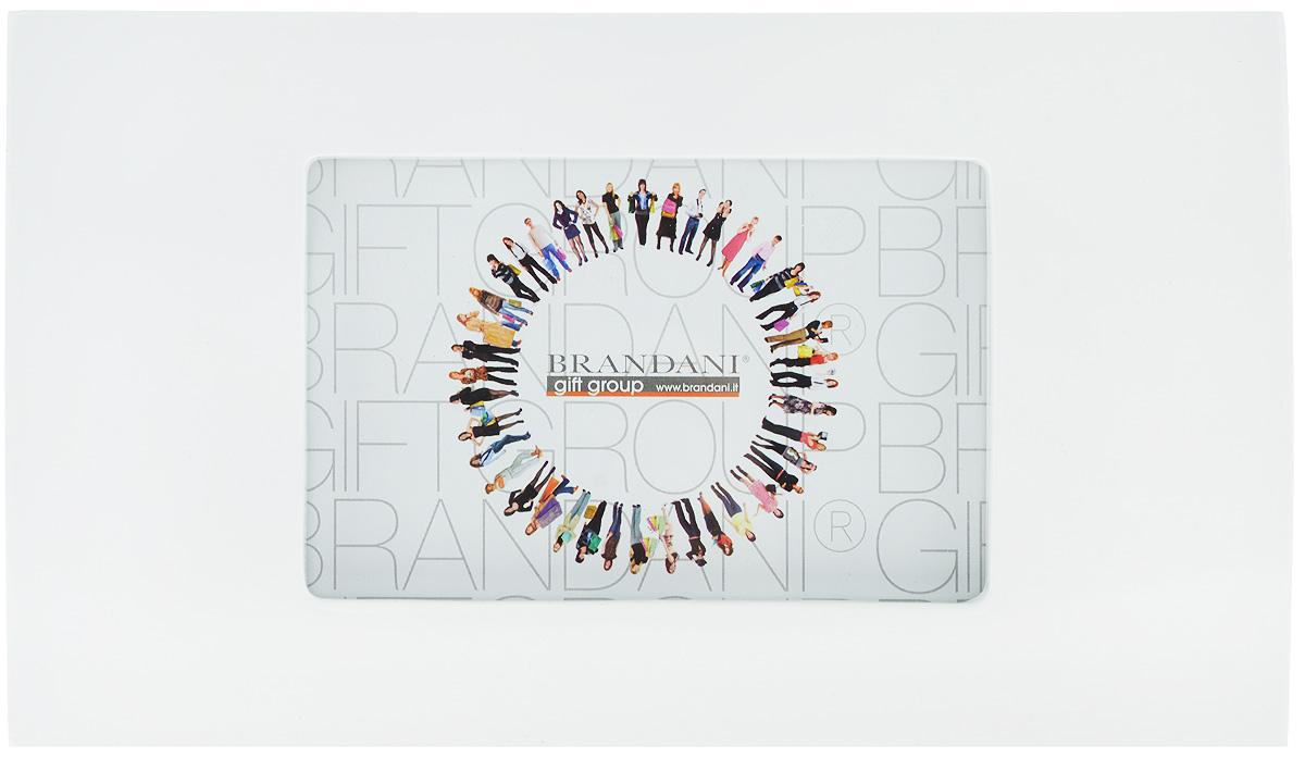 Фоторамка Brandani, цвет: белый, 9 х 13 смБрелок для ключейФоторамка Brandani выполненная из пластика, имеет оригинальный выпуклый дизайн. Оборотная сторона рамки оснащена специальной ножкой, благодаря которой ее можно поставить на стол или любое другое место в доме или офисе. Также изделие оснащено креплениями для подвешивания на стену. Такая фоторамка поможет вам оригинально и стильно дополнить интерьер помещения, а также позволит сохранить память о дорогих вам людях и интересных событиях вашей жизни.Размер фоторамки: 26 х 15 см.Подходит для фотографий размером: 9 х 13 см.