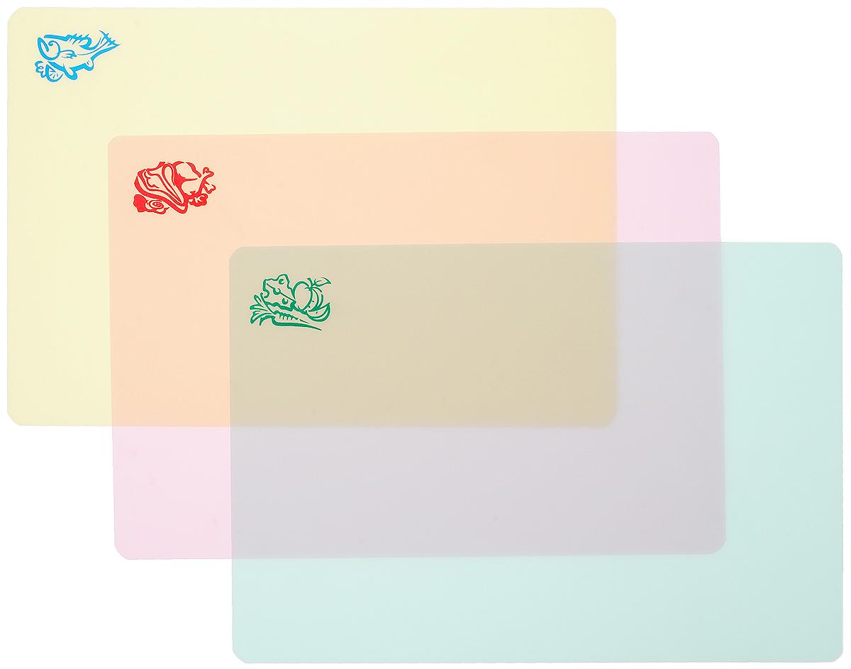 Набор разделочных досок Пикничок, гибкие, 3 шт54 009312Разделочные доски Пикничок, выполненные из гибкого полипропилена, станут незаменимым аксессуаром на вашей кухне. Такая доска обладает рядом особенностей: - сгибая или сворачивая доску воронкой, можно легко пересыпать нарезанные продукты, - выполнена из непористого водоотталкивающего материала, - не впитывает запахи продуктов, - высокие гигиенические показатели, - занимает мало места на кухне, - не скользит по поверхности стола, - не тупит ножи при использовании, - легко моется водой и моющими средствами, - доска представлена в нескольких цветах, что позволит использовать цветовое кодирование, разделять доски по типам продуктов (мясо, рыба, овощи).Функциональные и простые в использовании, разделочные доски Пикничок прекрасно впишутся в интерьер любой кухни и помогут приготовить ваши любимые блюда.