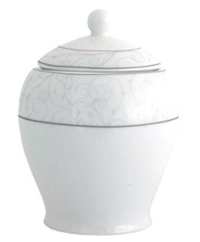 Сахарница Esprado Florestina, 350 млAPRARN77001Сахарница Esprado Florestina, изготовленная из высококачественного твердого фарфора, прекрасно впишется в интерьер вашей кухни и станет достойным дополнением к кухонному инвентарю.Особое качество твердый фарфор, из которого изготавливается посуда Esprado, имеет благодаря использованию в его изготовлении специального материала - каолина. Каолин - это сорт белой глины, впервые открытый в Китае, который обладает идеальными для производства твердого фарфора свойствами, а именно высокой пластичностью и тугоплавкостью. Посуда из твердого фарфора имеет надглазурную роспись, которая отличается богатой цветовой палитрой, что позволяет воплощать самые яркие идеи. В процессе обжига при температуре в 800°С используется природный газ, а не уголь - это сохраняет глазурь чистой и прозрачной, а саму процедуру делает экологически чистой. Над созданием дизайна коллекций посуды из твердого фарфора Esprado работает международная команда высококлассных дизайнеров, не только воплощающих в жизнь все новейшие тренды, но также и придерживающихся многовековых традиций при создании классических коллекций. Посуда из твердого фарфора будет идеальным выбором, для тех, кто предпочитает красивую современную посуду из высококачественного материала.Коллекция Florestina создана для тех, кто выбирает монохромное цветовое решение или минимальное количество цветов, яркие контрастные линии и четкую законченность образа.
