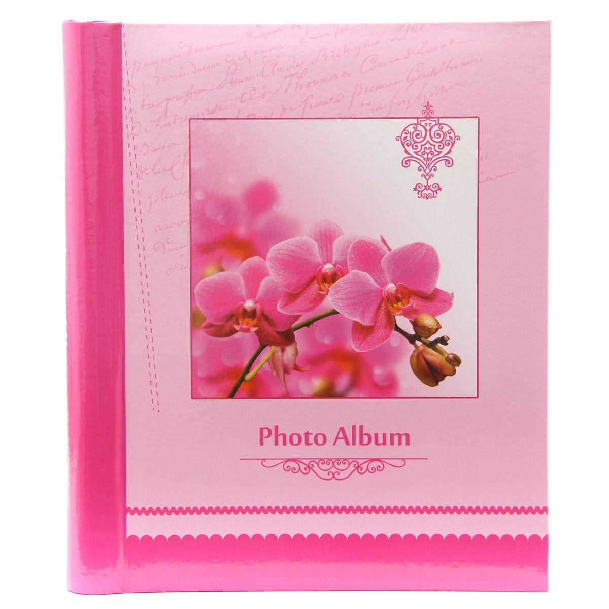 Фотоальбом Pioneer Spring Paints, 20 магнитных листов, цвет: розовый, 23 х 28 смТР 5213Альбом для фотографий.Кол-во листов: 20.Материалы, использованные в изготовлении альбома, обеспечивают высокое качество хранения Ваших фотографий, поэтому фотографии не желтеют со временемКонечно, никаких магнитов в этих альбомах нет. Есть страницы из плотной бумаги или тонкого картона, на этих страницах нанесено клейковатое покрытие и сверху страница закрыта прозрачной плёнкой, которая зафиксирована на внешнем ребре страницы.Фотографии на такой странице держатся за счёт того, что плёнка прилипает (как бы примагничивается) к странице. При этом фотографии не повреждаются, т.к. тыльная сторона не приклеивается к странице.Для того, чтобы разместить фотографии на магнитной странице, надо отлепить плёнку по направлению от корешка альбома к внешней (зафиксированной) стороне страницы, разложить фотографии поверх клейковатого покрытия так, как вам нравится.При этом обязательно надо оставлять по периметру страницы свободное поле, к которому и будет «примагничиваться» прозрачная плёнка.После размещения фоток надо их закрыть плёнкой так, чтобы не было пузырьков воздуха, складок и заломов. Для этого одной рукой надо как бы натягивать плёнку от края страницы к корешку, а другой – прижимать к странице.Если вы видите, что пошла складочка, не расстраивайтесь. Сразу отлепите плёнку и исправьте ситуацию. Не обязательно отклеивать плёнку полностью, если складочка пошла, например, от середины страницы или ближе к корешку.К неоспоримым преимуществам «магнитных» фотоальбомов относятся:- возможность размещать в них фотографии разного размера в нужной вам последовательности;- возможность размещать фотографии с наклоном;- возможность наряду с фотографиями размещать подписи к ним (выполненные на отдельных листках бумаги), оформительские элементы (шаржи, букетики, вырезки и т.п