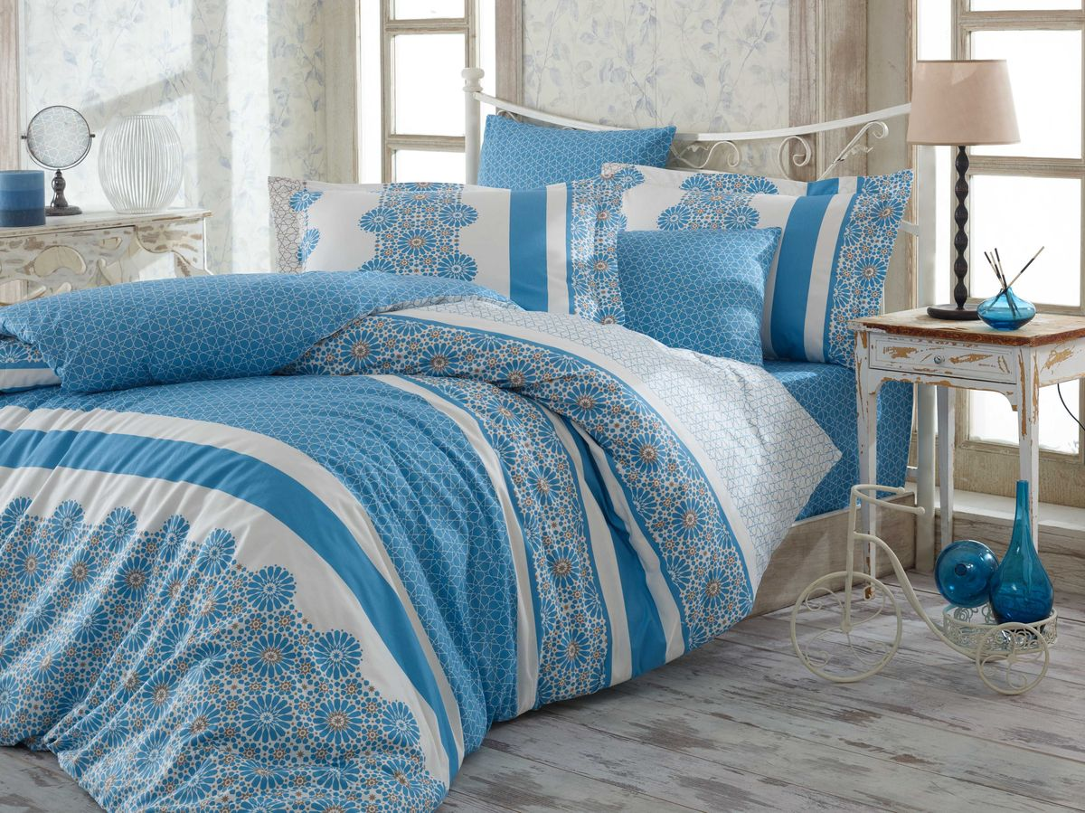 Комплект белья Hobby Home Collection Lisa, 1,5-спальный, наволочка 50х70, цвет: синийCLP446Комплект постельного белья Hobby Home Collection изготовлен из высококачественного поплина. Поплин - это ткань, изготавливаемая традиционным полотняным плетением из 100% хлопка, но из нитей разного калибра, за счет чего полотно получается с легким рубчиковым рельефом. По многим характеристикам ткань похожа на бязь, но на ощупь гораздо приятнее — более гладкая и мягкая. Поплин обладает лучшими свойствами ткани для постельного белья. Он плотный и в то же время мягкий на ощупь, износостойкий, немнущийся, гигроскопичный и неприхотливый в уходе, а после стирки практически не нуждается в глажке. Поплин обладает множеством преимуществ: - белье из него плотное, прочное и износостойкое; - не выцветает и не сминается; - не линяет и не деформируется (при стирке до 40°С); - натуральный хлопок в составе обеспечивает абсолютную гигиеничность постельного белья; - поплин хорошо вентилируется и впитывает влагу, отводя ее излишки от тела. По легенде этот материал впервые произвели во французской резиденции Папы Римского, городе Авиньон. За это ткань назвали поплином, что означает папский. С тех пор, вслед за Европой, полотно покорило весь мир, и на сегодня это самый востребованный материал для постельного белья. Постельное белье имеет 3D рисунок. Это объемный рисунок, который позволяет увидеть изображение более реальным, живым. 3D печать на постельном белье невозможна простым способом. Для достижения высокого качества применяется Digital textile printing (англ. Digital textile printing - прямая цифровая печать по текстилю) — способ нанесения изображения на ткань, предполагающий прямую реактивную печать. Сам вид такой печати обеспечивает долговечность нанесенного изображения. На ткань, наносится ультрачеткое и яркое 3D изображение, вследствие чего картинка выглядит очень реалистично. Просматриваются даже самые мелкие детали. Постельное белье из поплина способно не только создать идеальные услови
