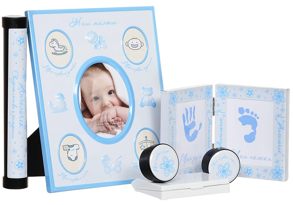 Bradex Набор подарочный для новорожденного Мой малышDE 0131Сохраните мимолетные мгновения жизни вашего ребенка с помощью необычного набора для новорождённого Мой малыш.Рамка для первых фотографий прекрасно впишется в домашний интерьер и долгие годы будет напоминать всей семье о самых значимых моментах вашего крохи. Кроме того, рамочки, куда вы сможете поместить отпечатки крохотной ручки и ножки, позволят создать оригинальный сувенир, который всю оставшуюся жизнь будет напоминать всей семье, каким крохотным и трогательным был ваш малыш. Отпечатки можно сделать, приложив ручку или ножку малыша к губке с чернилами и затем, приложив к бумаге.В набор входят две миниатюрные круглые шкатулки, у каждой из которых - четкое предназначение. В одной шкатулке нужно хранить первый локон, который все родители обязательно сохраняют после первой стрижки подросшего малыша. Во вторую шкатулку кладут первый выпавший молочный зубик, который также принято хранить на память. Удобный футляр для свидетельства о рождении так же станет незаменимым аксессуаром для вас. Очень красивый и трогательный подарок. Идеально подойдет для подарка на рождение ребенка, крестины, а также когда малышу исполнится годик.