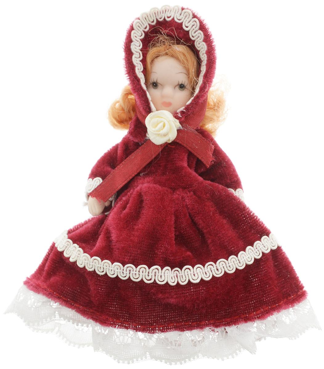 Фигурка декоративная Lovemark Кукла, цвет: бордовый, белый, высота 10 см. 24719C0038550Фигурка декоративная Lovemark Кукла изготовлена из керамики в виде куклы с кудрявыми золотистыми волосами, большими глазами и ресницами. Куколка одета в длинное бархатное платье, декорированное белой тесьмой и бантиком в виде розы, и коктейльную шапочку. Вы можете поставить фигурку в любое место, где она будет красиво смотреться и радовать глаз. Кроме того, она станет отличным сувениром для друзей и близких. А прикрепив к ней петельку, такую куколку можно подвесить на елку.