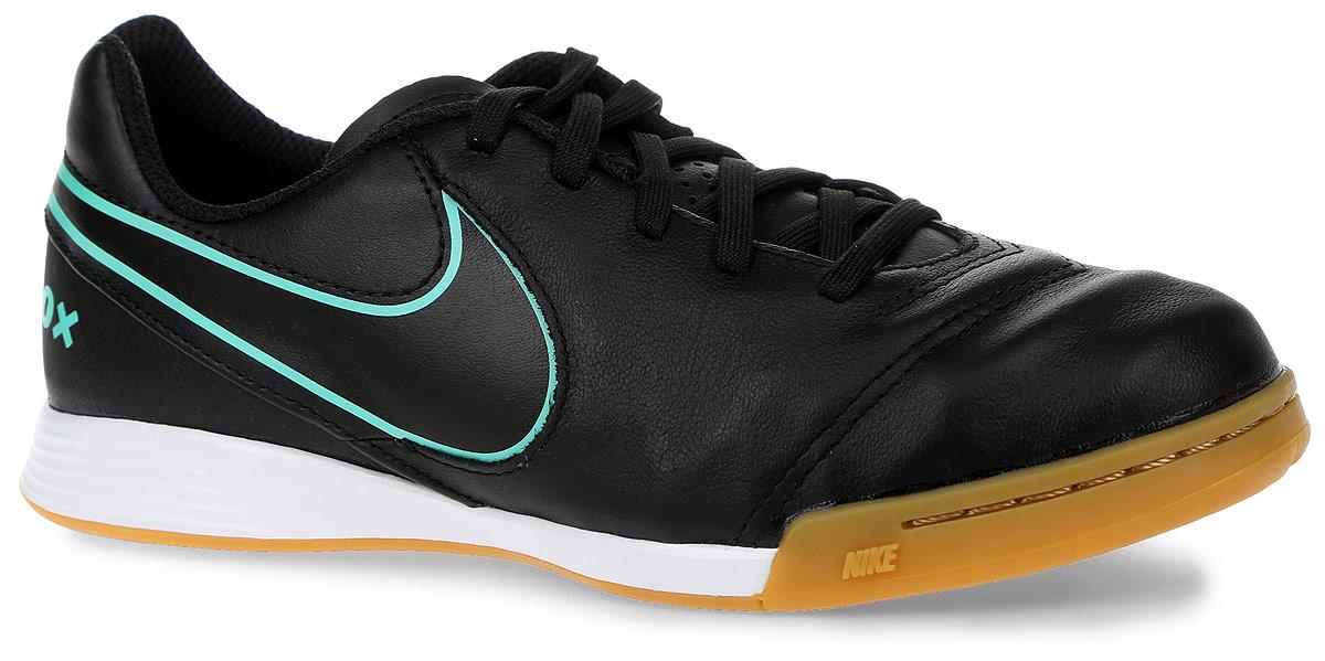 Бутсы детские Nike Tiempox Legend, цвет: черный, зеленый. Размер 4 (35,5)SUPEW.410.PSЗальные бутсы Nike Tiempox Legend используется на полях с мягкими и жесткими натуральными покрытиями. Комфорт с Nike Dri-FIT - при изготовлении верха используется комбинация материалов, что позволяет снизить вес бутс, добиться мягкой посадки и отличного чувства мяча при касании, плоские шипы на подошве придают дополнительную устойчивость. По бокам бутсы украшены логотипом фирмы Nike.