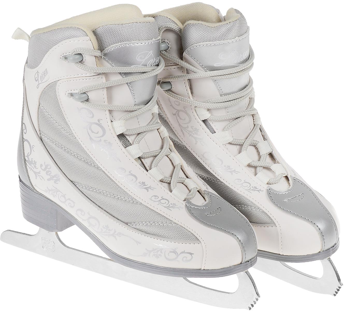 Коньки фигурные женские Larsen Soft, цвет: белый, серый. Размер 37CK Ladies Lux 2012-2013 White TricotФигурные коньки Soft от Larsen прекрасно подойдут для катания на открытых и закрытых катках. Ботинки с удобной колодкой выполнены из морозоустойчивого поливинилхлорида и текстиля. Внутренняя поверхность изготовлена из мягкого велюра, который обеспечит тепло и комфорт во время катания. Язычок анатомической формы. Плотная шнуровка надежно фиксирует модель на ноге. Система быстрой шнуровки позволит легко надеть коньки.Лезвие из углеродистой стали обеспечит превосходное скольжение. Оформлены коньки оригинальным орнаментом, прострочкой и на язычке надписью в виде названия бренда.Рекомендуемая температура использования до -20°С.