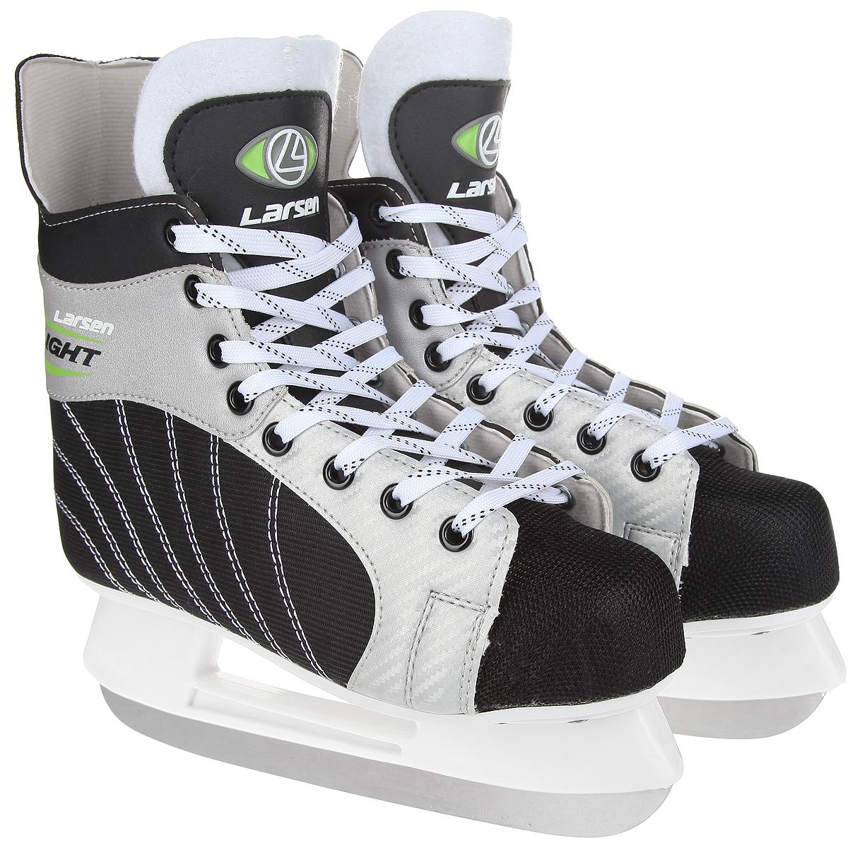 Коньки хоккейные мужские Larsen Light, цвет: черный, серебристый, белый. Размер 43Atemi Force 3.0 2012 Black-GrayСтильные коньки Light от Larsen прекрасно подойдут для начинающих игроков в хоккей. Ботиноквыполнен из нейлона со вставками из морозоустойчивого поливинилхлорида. Мыс выполнен изполипропилена, покрытого сетчатым нейлоном, который защитит ноги от ударов. Внутреннийслой изготовлен из материала Cambrelle, который обладает высокой гигроскопичностью ивоздухопроницаемостью, имеет высокую степень устойчивости к истиранию, приятен на ощупь,быстро высыхает. Язычок из войлока обеспечивает дополнительное тепло. Плотная шнуровканадежно фиксирует модель на ноге. Голеностоп имеет удобный суппорт. Стелька из EVA стекстильной поверхностью обеспечит комфортное катание. Стойка выполнена изударопрочного пластика. Лезвие из нержавеющей стали обеспечит превосходное скольжение.В комплект входят пластиковые чехлы для лезвия. Рекомендуемая температураиспользования: до -20°C.