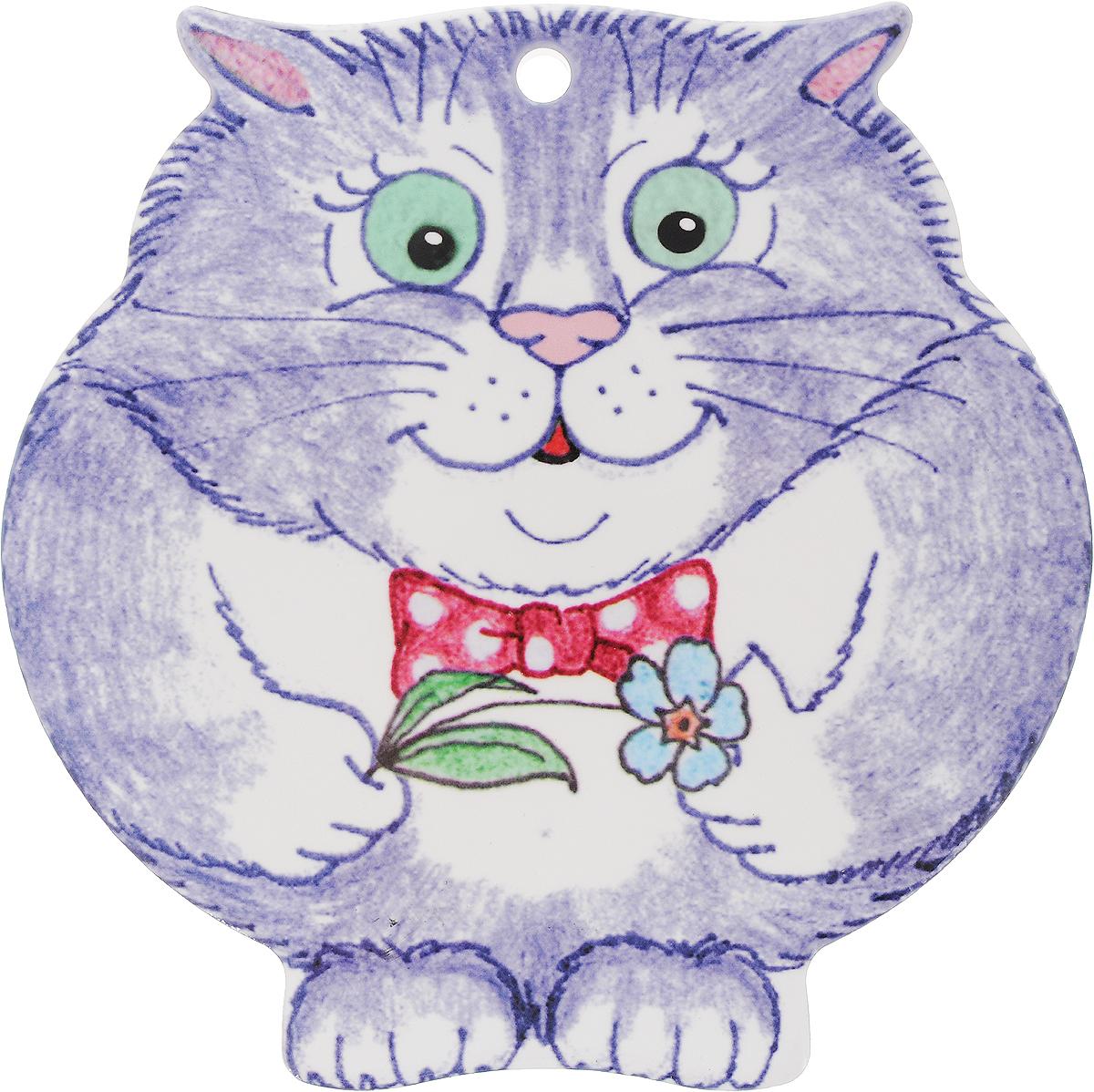 Подставка под горячее GiftnHome Серый кот с бантом и цветком, 20 х 20 см115610Керамическая подставка GiftnHome Серый кот с бантом и цветком предназначена для сервировки стола и для интерьерных решений. Подставка изготовлена из каменной керамики, она защищает поверхности от горячей посуды, следов пищи и влаги. Подставка имеет настенный крепеж, ее можно вешать, как настенное панно. Это современный функциональный аксессуар -предмет повседневного обихода, создающий настроение. Дно подставки имеет подкладку из натуральной пробки - это защитит вашу мебель от царапин. Размер подставки: 20 х 20 х 0,8 см.