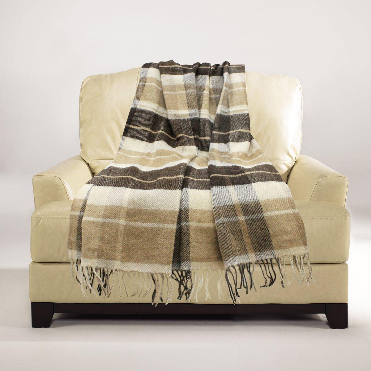 Плед Amore Mio Lux. York, 140 х 200 см83020Мягкий, теплый и уютный плед Amore Mio Lux. York изготовлен из шерсти. Ланолин - природный воск, содержащийся в шерсти новозеландской овцы, окутывает каждое волокно. Он защищает изделие от загрязнений, от домашних насекомых, предотвращает появление аллергических реакций. Натуральные волокна придают изделию красоту и блеск щелка, поверхность пледа мягка и невероятно приятна для кожи. Натуральная шерсть новозеландской овцы обладает прекрасными лечебными свойствами. Она помогает при в спине и суставах, улучшает кровообращение. Эксклюзивные дизайны, разработанные с учетом тенденций рынка и запросов покупателей, дарят коллекции дополнительную привлекательность.