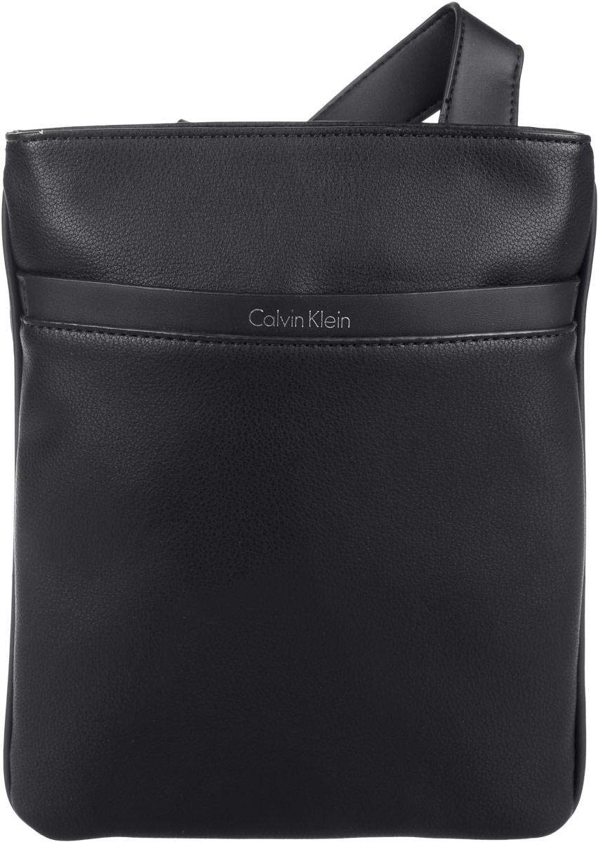 Сумка мужская Calvin Klein Jeans, цвет: черный. K50K502272_0010K50K502272_0010Стильная мужская сумка Calvin Klein Jeans выполнена из полиуретана. Изделие имеет одно отделение, которое закрывается на застежку-молнию. Внутри находится нашивной вместительный карман. Снаружи, на передней стенке расположен нашивной открытый карман. Сумка оснащена плечевым ремнем, который регулируется по длине.Стильная сумка идеально подчеркнет ваш неповторимый стиль.