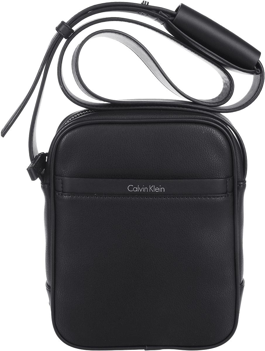 Сумка мужская Calvin Klein Jeans, цвет: черный. K50K502273_0010656054532IV_990Стильная мужская сумка Calvin Klein Jeans выполнена из полиуретана. Изделие имеет одно отделение, которое закрывается на застежку-молнию. Внутри сумки расположен нашивной карман. Снаружи, на передней стенке находится нашивной открытый карман. Сумка оснащена плечевым ремнем, который регулируется по длине.Стильная сумка идеально подчеркнет ваш неповторимый стиль.
