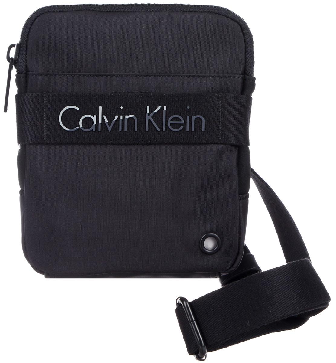 Сумка мужская Calvin Klein Jeans, цвет: черный. K50K502277_0010L39845800Стильная мужская сумка Calvin Klein Jeans выполнена из полиуретана, полиамида и полиэстера. Изделие имеет одно отделение, которое закрывается на застежку-молнию. Задняя часть сумки дополнена мягкой сетчатой вставкой, которая обеспечивает комфорт при носке. Сумка оснащена текстильным плечевым ремнем, который регулируется по длине.Стильная сумка идеально подчеркнет ваш неповторимый стиль.