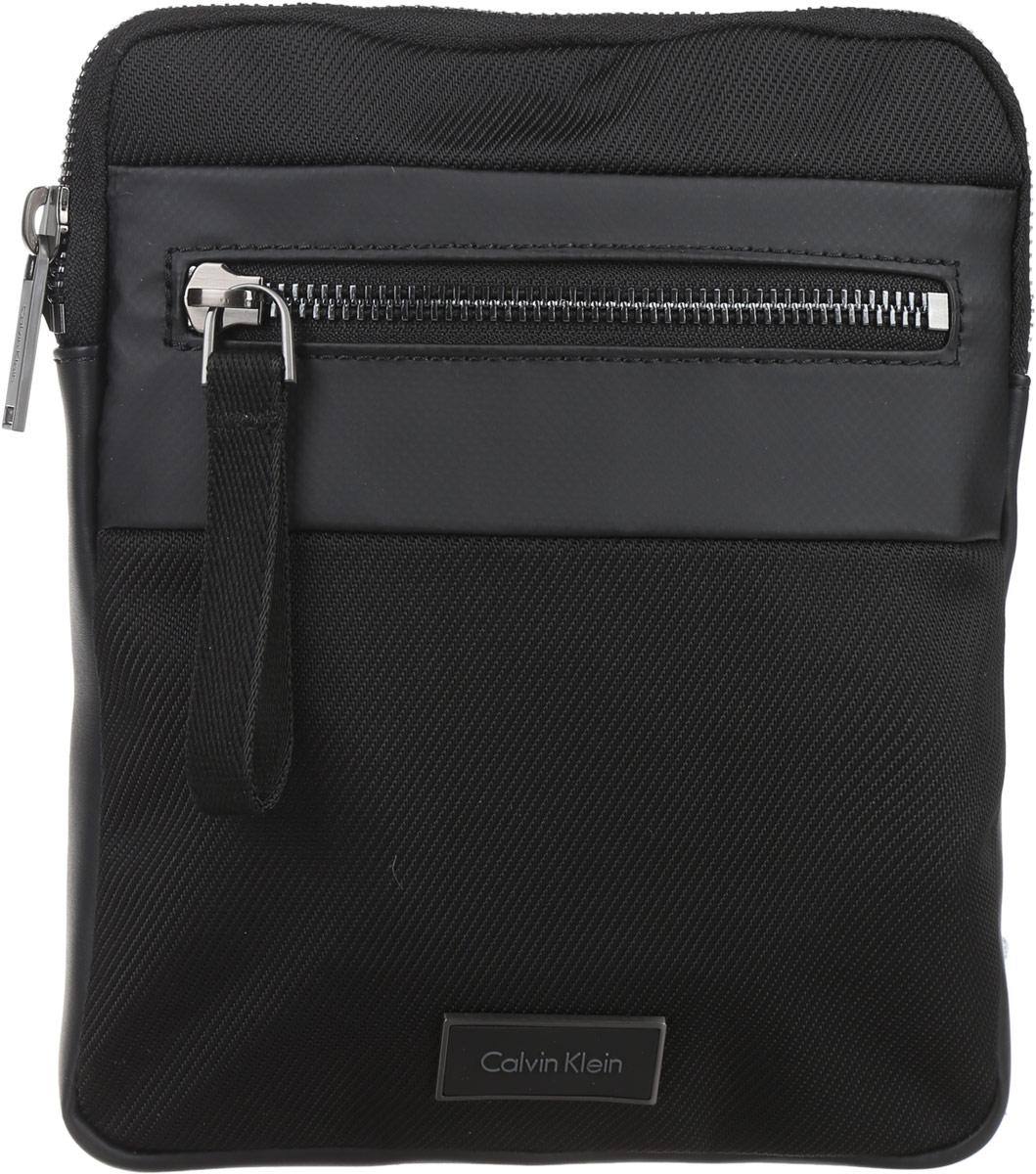 Сумка мужская Calvin Klein Jeans, цвет: черный. K50K502300_0010205065-001Стильная мужская сумка Calvin Klein Jeans выполнена из полиуретана, полиамида и полиэстера. Изделие имеет одно отделение, которое закрывается на застежку-молнию. Внутри сумки расположен мягкий карман для планшета. Снаружи, на передней стенке находится прорезной карман на застежке-молнии. Сумка оснащена текстильным плечевым ремнем, который регулируется по длине.Стильная сумка идеально подчеркнет ваш неповторимый стиль.