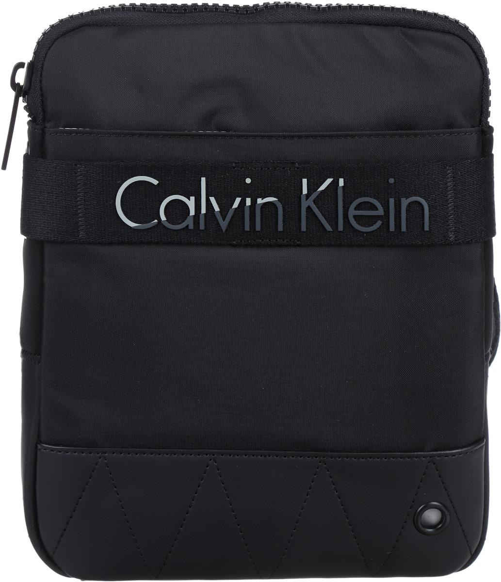 Сумка мужская Calvin Klein Jeans, цвет: черный. K50K502291_0010K50K502291_0010Стильная мужская сумка Calvin Klein Jeans выполнена из полиуретана, полиамида и полиэстера. Изделие имеет одно отделение, которое закрывается на застежку-молнию. Внутри находится накладной открытый карман. Снаружи, на передней стенке расположен нашивной карман на липучке. Задняя часть сумки дополнена мягкой сетчатой вставкой, которая обеспечивает комфорт при носке. Сумка оснащена текстильным плечевым ремнем, который регулируется по длине.Стильная сумка идеально подчеркнет ваш неповторимый стиль.