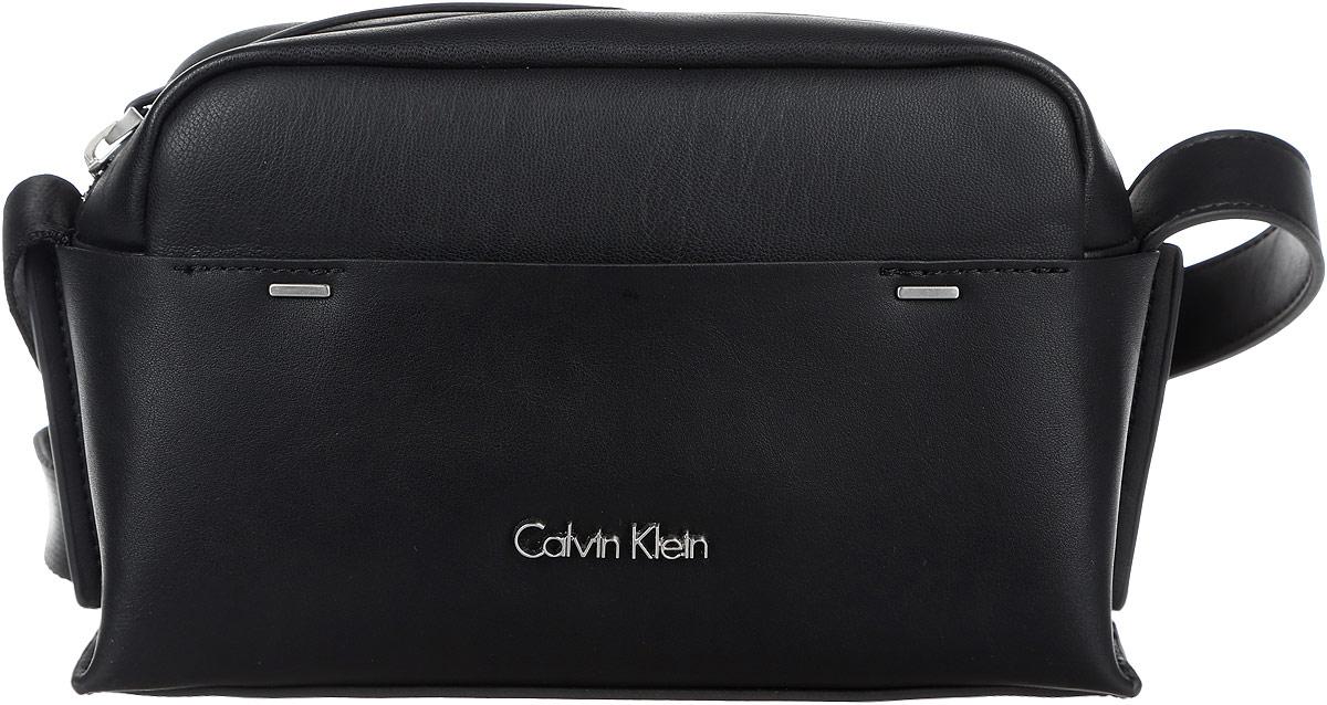 Сумка женская Calvin Klein Jeans, цвет: черный. K60K602424_910024985-1Стильная и компактная женская сумка Calvin Klein Jeans выполнена из полиуретана и текстиля. Изделие имеет одно отделение, закрывающееся на застежку-молнию. Внутри находится накладной открытый карман. Снаружи, на передней стенке расположен нашивной открытый карман. Сумка оснащена регулируемым плечевым ремнем. Основание изделия защищено от повреждений металлическими ножками. Стильная сумка идеально подчеркнет ваш неповторимый стиль.