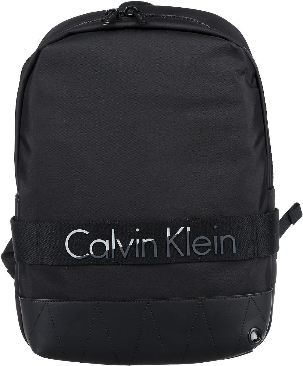 Рюкзак мужской Calvin Klein Jeans, цвет: черный. K50K502293_001023008Стильный мужской рюкзак Calvin Klein Jeans выполнен из полиуретана, полиамида и полиэстера. Изделие имеет одно основное отделение, которое закрывается на застежку-молнию. Внутри изделия расположены мягкие карманы для планшета и ноутбука, закрывающиеся на хлястик с липучкой, мягкий карман для телефона или плеера, два накладных открытых кармана и прорезной карман на застежке-молнии. Сверху имеется отверстие для наушников. Мягкая спинка из сетчатого материала обеспечивает комфорт при носке. Рюкзак оснащен широкими лямками регулируемой длины и ручкой для переноски в руке.