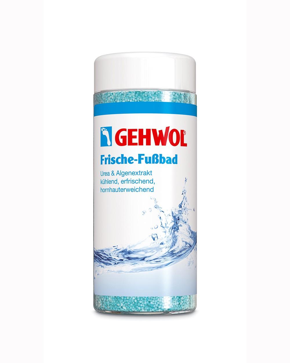Gehwol Refreshing Foot Bath Освежающая ванна для ног, 330 гFS-00897Освежающая Ванна (Frische-Fussbad) от GEHWOL, оживляющая ноги и обеспечивающая длительную свежесть благодаря содержанию ментола. Средство устраняет неприятный запах ног и интенсивно очищает кожу. Мочевина и экстракт водорослей обеспечивают дополнительную влагу сухой, потрескавшейся коже, смягчает мозоли и рубцы. При регулярном использовании, ноги надолго остаются здоровыми и ухоженными.Освежающая Ванна придает ногам свежесть и охлаждает их. Новая ванна , которую представила марка «Геволь» состоит из гранул, по консистенции почти как порошок, поэтому может легко дозироваться. Рекомедуется для ухода за диабетической стопой.