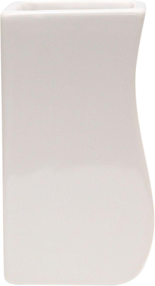 Стакан для зубных щеток Proffi Home Кубикс, 250 мл. PH6500RG-D31SСтакан для зубных щеток - это практичный аксессуар, помогающий навести порядок и организовать хранение разных принадлежностей в ванной комнате. В нем удобно хранить зубные щетки, тюбики с зубной пастой и другие мелочи. Керамика, из которой сделан стакан, выгодно отличается от других материалов в первую очередь натуральностью и благородным внешним видом. Этот материал устойчив к перепадам температур, повышенной влажности и бытовым химическим средствам. Благодаря стильному и современному дизайну такой аксессуар отлично впишется в любой интерьер ванной комнаты и станет ее украшением. Материал: керамика. Цвет: белый. Страна-изготовитель: Китай. Размеры: 6.4X6.3X11.5 см