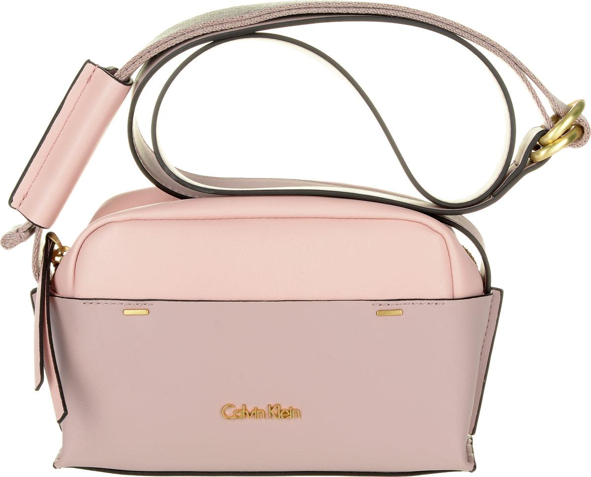 Сумка женская Calvin Klein Jeans, цвет: бледно-розовый. K60K602424_908023008Стильная женская сумка Calvin Klein Jeans выполнена из полиуретана и текстиля. Изделие имеет одно основное отделение, которое закрывается на застежку-молнию. Внутри находится один накладной открытый карман. На лицевой стороне модель дополнена накладным карманом. Модель оснащена плечевым регулируемым ремнем.