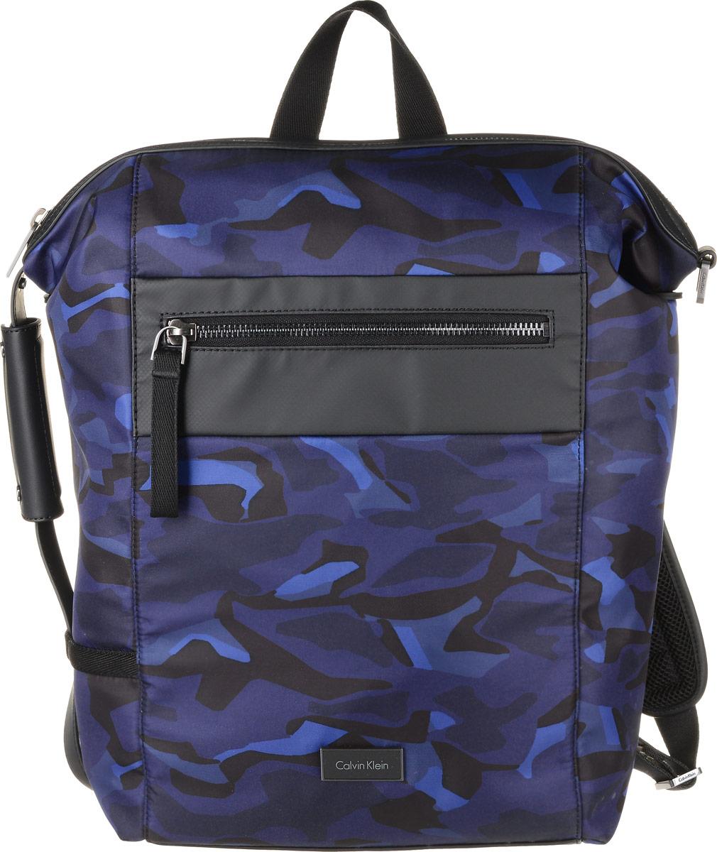 Рюкзак мужской Calvin Klein Jeans, цвет: черный, темно-синий. K50K502285_9100S76245Практичный рюкзак Calvin Klein Jeans выполнен из полиуретана с добавлением полиамида и полиэстера, оформлен камуфляжным принтом и металлической пластиной с названием бренда.Изделие содержит одно вместительное отделение. Внутри отделения размещены один мягкий карман для планшета, который застегивается хлястиком на липучку, и один прорезной карман на застежке-молнии. Лицевая сторона рюкзака дополнена прорезным карманом на застежке-молнии. Рюкзак оснащен широкими лямками регулируемой длины и петлей для подвешивания.