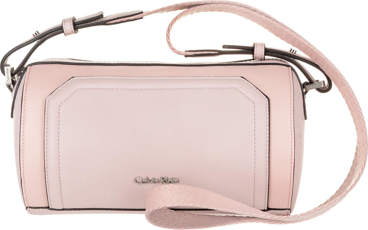 Сумка женская Calvin Klein Jeans, цвет: бледно-розовый. K60K602410_908032838-1Стильная женская сумка Calvin Klein Jeans выполнена из полиуретана и текстиля. Изделие имеет одно основное отделение, которое закрывается на застежку-молнию. Внутри находится один накладной открытый карман. Модель оснащена плечевым ремнем регулируемой длины.