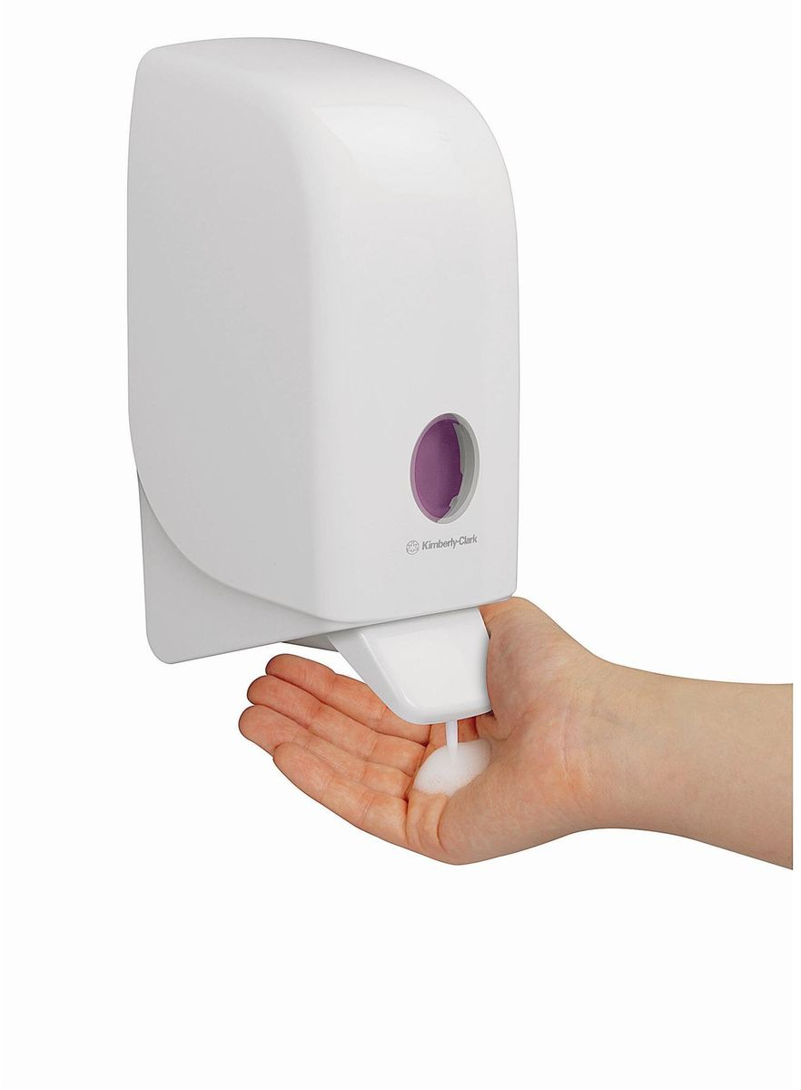 Диспенсер для мыла Aquarius, цвет: белый, 1 л. 694898299571Ассортимент диспенсеров для моющих средств для рук из скоординированной линейки диспенсеров для туалетных комнат. Диспенсеры мотивируют сотрудников соблюдать гигиенические нормы, повышают уровень комфорта, демонстрируют заботу о персонале и помогают сократить расходы. Идеальное решение для подачи жидкого или пенного мыла. Максимальная универсальность и сокращение затрат, легкая заправка при большой вместимости обеспечивает потребности любых туалетных комнат.Формат поставки: диспенсер современного дизайна, обтекаемой формы, обеспечивающий быструю заправку; белое глянцевое, легко очищаемое покрытие; отсутствие мест скопления пыли и грязи; смотровое окно для контроля за расходными материалами; возможность выбора цветовых вставок в соответствие с интерьером конкретных туалетных комнат. Замена диспенсера 6964, 6976 и 6983. Совместим с моющими средствами: 6330, 6331, 6332, 6333, 6334, 6340, 6341, 6342, 6352, 6385.
