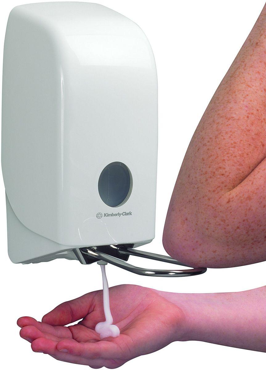 Диспенсер для мыла Aquarius, цвет: белый. 6955531-401Ассортимент диспенсеров для моющих средств для рук из скоординированной линейки диспенсеров для туалетных комнат. Диспенсеры мотивируют сотрудников соблюдать гигиенические нормы, повышают уровень комфорта, демонстрируют заботу о персонале и помогают сократить расходы. Идеальное решение для подачи жидкого или пенного мыла. Максимальная универсальность и сокращение затрат, легкая заправка при большой вместимости обеспечивает потребности любых туалетных комнат.Формат поставки: диспенсер современного дизайна, обтекаемой формы, обеспечивающий быструю заправку; белое глянцевое, легко очищаемое покрытие; отсутствие мест скопления пыли и грязи; смотровое окно для контроля за расходными материалами; возможность выбора цветовых вставок в соответствие с интерьером конкретных туалетных комнат. Замена диспенсера 6952. Совместим с моющими средствами: 6330, 6331, 6332, 6333, 6334, 6340, 6341, 6342, 6352, 6385, 6386, 6387.