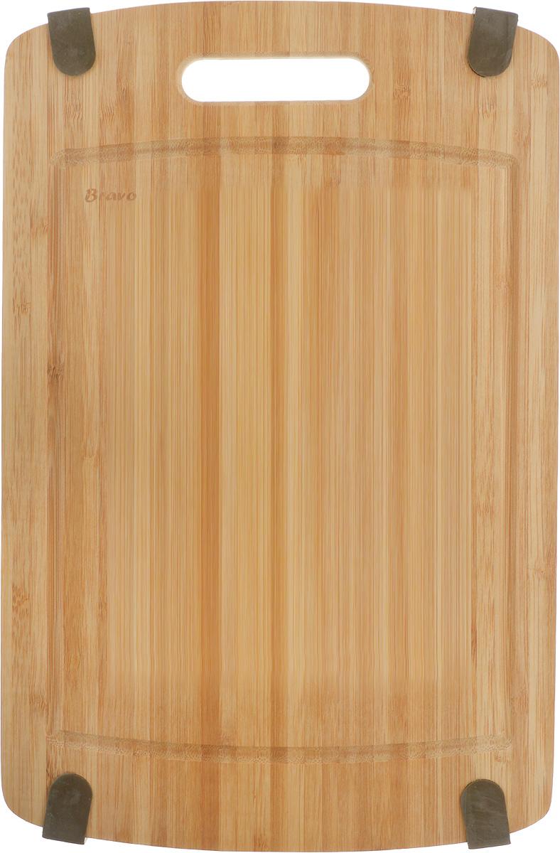 Доска разделочная LarangE От шефа, 36 х 23,5 х 1,8 см54 009312Доска разделочная LarangE От шефа изготовлена из качественного бамбука. Доска склеивается в заводских условиях из отдельных распиленных полос. Сочетание склеенных полосок разного цвета в изделии выглядит богато и притягательно. Бамбук обладает плотной и очень твердой структурой (400-700 кг/м3), устойчив к механическим и климатическим воздействиям. Доски из бамбука не рассыхаются и не трескаются, не портятся от мытья в теплой воде, не впитывают влагу и запахи и имеют долгий срок службы. Бамбук - это 100% экологически чистый продукт. Доска снабжена ручкой для удобного использования. Желобки по краям доски предназначены для стока жидкости. Силиконовые накладки предотвращают скольжение по поверхности стола. Доска разделочная LarangE От шефа станет полезным приобретением для вашей кухни, а также красиво дополнит как современный, так и классический интерьер. Не рекомендуется мыть в посудомоечной машине.