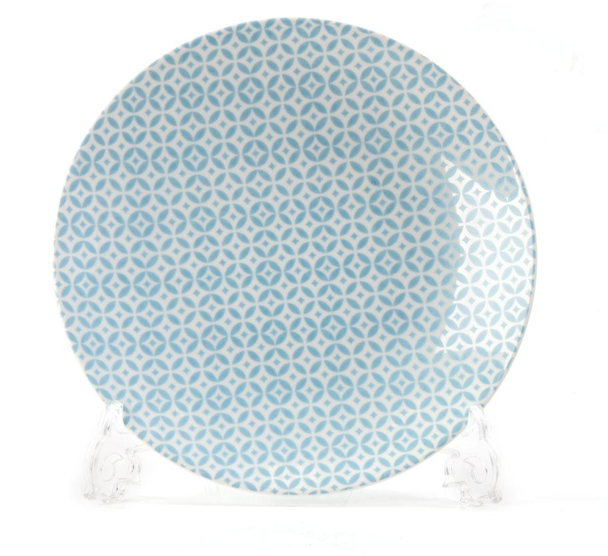 Тарелка La Rose des Sables Витон, цвет: голубой, белый, диаметр 21 см115510Тарелка La Rose des Sables Витон выполнена из высококачественного тунисского фарфора, изготовленного из уникальной белой глины. На всех изделиях La Rose des Sables можно увидеть маркировку Pate de Limoges. Это означает, что сырье для изготовления фарфора добывают во французской провинции Лимож, и качество соответствует высоким европейским стандартам. Все производство расположено в Тунисе. Особые свойства этой глины, открытые еще в 18 веке, позволяют создать удивительно тонкую, легкую и при этом прочную посуду. Благодаря двойному термическому обжигу фарфор обладает высокой ударопрочностью, стойкостью к сколам и трещинам, жаропрочностью и великолепным блеском глазури. Коллекция Витон - это изысканная классика, дополненная красивым орнаментом по всей поверхности. Эта фарфоровая посуда станет настоящим украшением вашего стола. Прекрасный вариант как для праздничной, так и для повседневной сервировки стола. Можно использовать в СВЧ печи и мыть в посудомоечной машине.