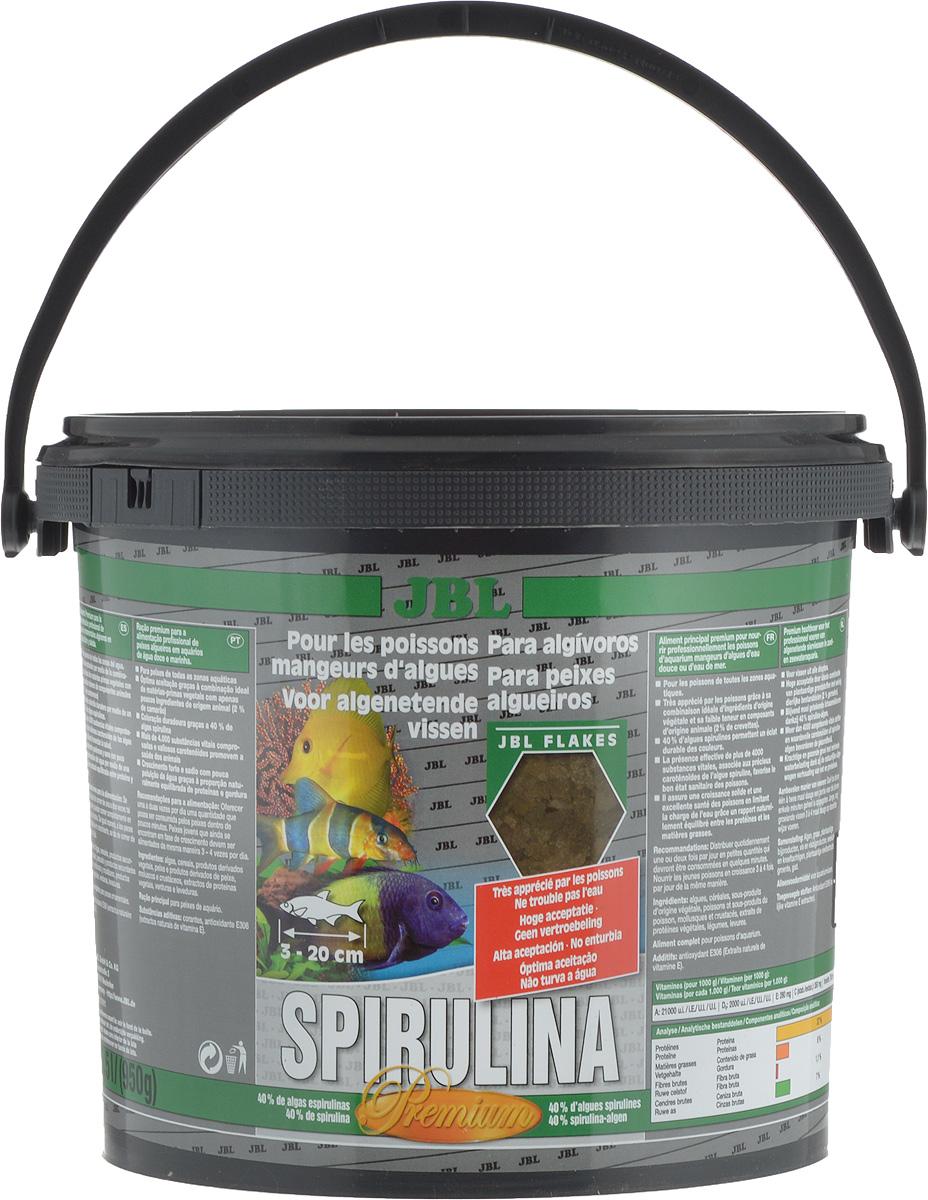 Корм JBL Spirulina для рыб, в форме хлопьев, 5,5 л (950 г)JBL3000300Корм JBL Spirulina для пресноводных и морских водорослеедов. Корм содержит водоросли, высушенные распылением (Spirulina platensis), растительное сырье и растительные волокна, а также небольшой процент животного белка, который соответствует питательным потребностям пресноводных и морских водорослеедов (например, живородящие в пресной воде и рыба-доктор в морской воде). При поедании водорослей эти рыбы потребляют одновременно и маленьких животных (2% креветок). Свыше 4000 жизненно важных веществ водоросли спирулина, а также ценные каротиноиды поддерживают здоровье и способствуют образованию и сохранению яркой окраски рыб. Жизненно необходимые витамины и минеральные вещества обеспечивают здоровый рост и укрепляют иммунитет. Чеснок (1%) укрепляет здоровье. Идеальный размер корма для рыб от 3 до 20 см. Рекомендации по кормлению: два или три раза в день порциями, которые могут быть съедены рыбами в течение нескольких минут. Мальков кормить чаще. Товар сертифицирован.
