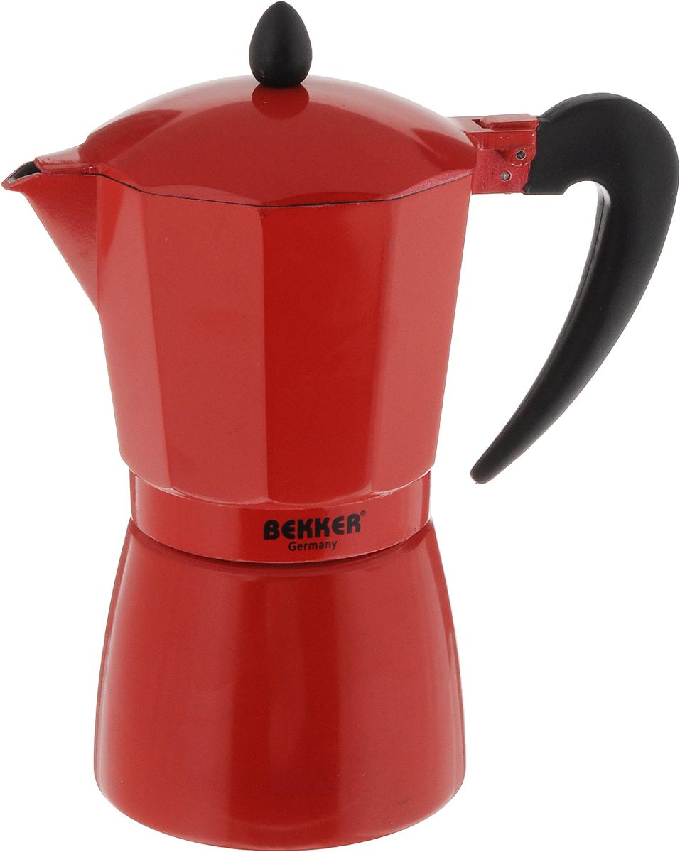 Кофеварка гейзерная Bekker Koch, цвет: красный, черный, 450 мл54 009312Гейзерная кофеварка Bekker Koch позволит вам приготовить ароматный напиток за короткое время. Корпус кофеварки изготовлен из высококачественного алюминия. Кофеварка состоит из двух соединенных между собой емкостей и снабжена алюминиевым фильтром. Удобная ручка выполнена из прочного пластика.Данная модель предельно проста в использовании, в ней отсутствуют подвижные части и нагревательные элементы, поэтому в ней нечему ломаться. Гейзерные кофеварки являются самыми популярными в мире и позволяют приготовить ароматный кофе за считанные минуты.Основной принцип действия гейзерной кофеварки состоит в том, что напиток заваривается путем прохождения горячей воды через слой молотого кофе. В нижнюю часть гейзерной кофеварки заливается вода, в промежуточную часть засыпается молотый кофе, кофеварка ставится на огонь или электрическую плиту. Закипая, вода начинает испаряться и превращается в пар. Избыточное давление пара в нижней части кофеварки выдавливает горячую воду через молотый кофе и подобно небольшому гейзеру попадает в верхний отсек, где и собирается в готовый кофе. Время приготовления в гейзерной кофеварке составляет примерно 5 минут. Кофеварку можно использовать на всех типах плит, кроме индукционных. Можно мыть в посудомоечной машине.Высота (с учетом крышки): 22 см.Диаметр основания: 10,5 см.Толщина стенки: 1,6 мм.Объем: 450 мл.