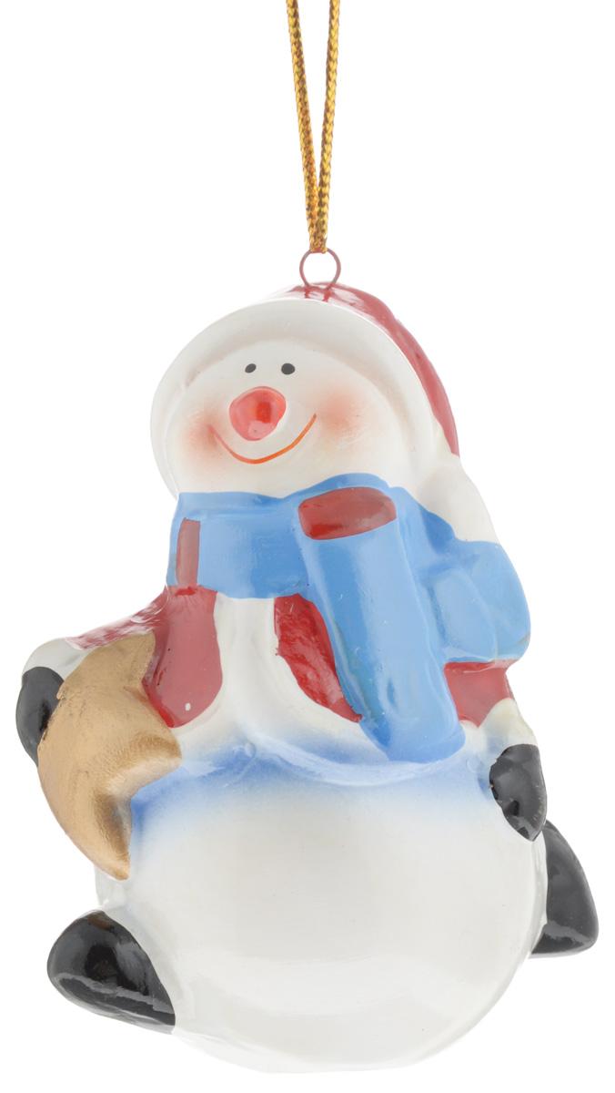Украшение новогоднее подвесное House & Holder Снеговик со звездой, высота 7,5 смNLED-454-9W-BKНовогоднее подвесное украшение House & Holder Снеговик со звездой выполнено из качественной глазурованной керамики. С помощью специальной петельки украшение можно повесить в любом понравившемся вам месте. Но, конечно, удачнее всего оно будет смотреться на праздничной елке.Елочная игрушка - символ Нового года. Она несет в себе волшебство и красоту праздника. Создайте в своем доме атмосферу веселья и радости, украшая новогоднюю елку нарядными игрушками, которые будут из года в год накапливать теплоту воспоминаний.