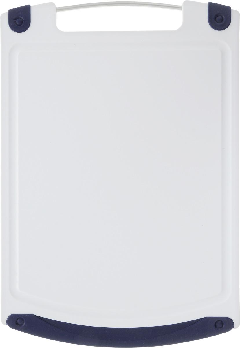 Доска разделочная Atlantis Microban, цвет: темно-синий, белый, 36,8 х 25,4 см379514Прямоугольная разделочная доска Atlantis Microban выполнена из пластика и оснащена резиновыми вставками и металлической ручкой. Она обладает целым рядом преимуществ, а именно: - удобная ручка; - не скользит по поверхности стола; - можно использовать обе стороны доски; - непористая поверхность; - можно мыть в посудомоечной машине; - не впитывает запах продуктов; - ножи не затупляются при использовании. Доска обработана специальным покрытием Microban. Покрытие Microban - самое надежное в мире средство для защиты от бактерий, грибков, плесени и запахов. Действует постоянно, даже после мытья, обеспечивая большую защиту доски. Антибактериальная защита работает на протяжении всего срока службы разделочной доски.