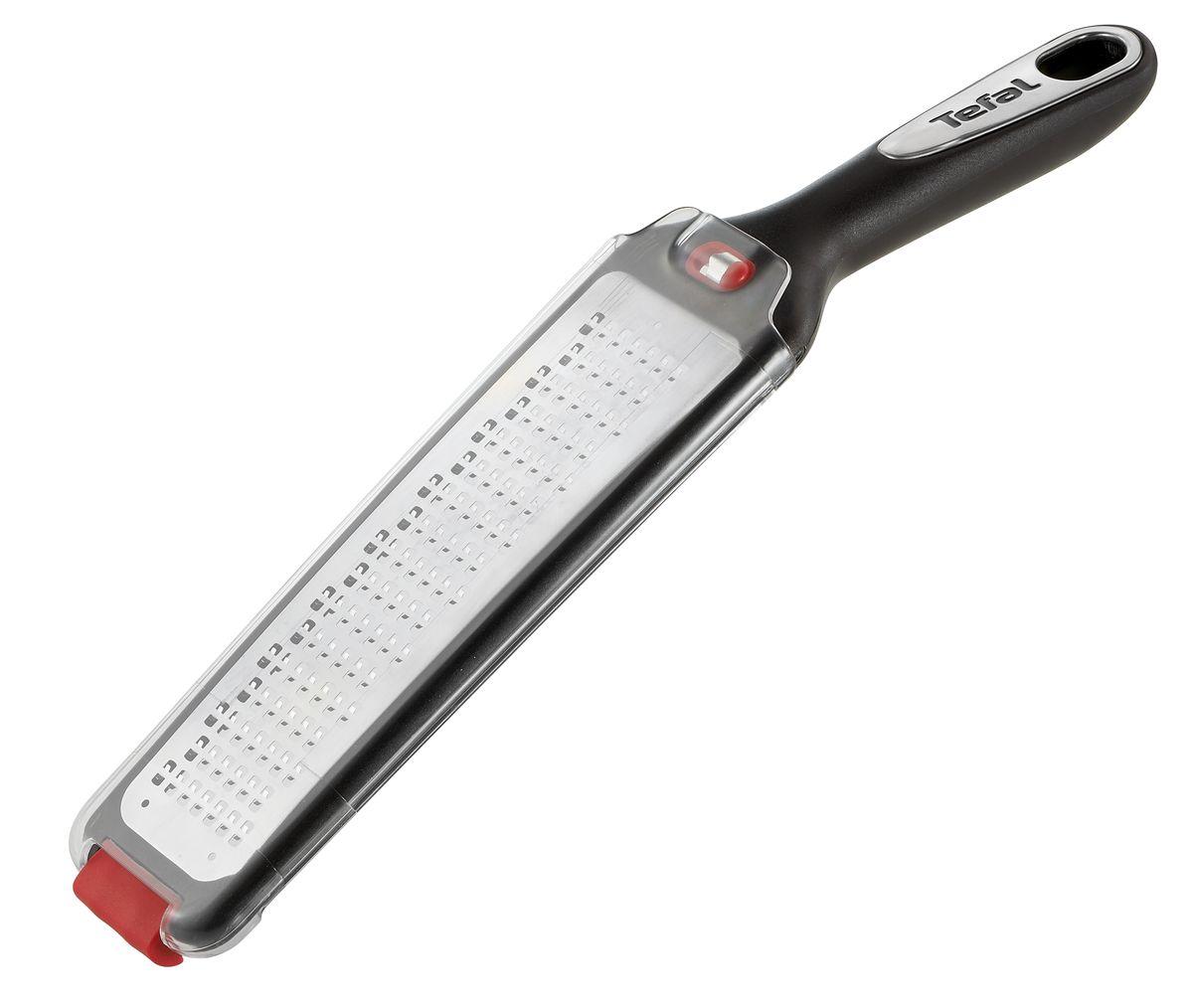 Терка Tefal Ingenio, плоская, с ручкой68/5/4Терка Tefal Ingenio изготовлена из высококачественной нержавеющей стали. Изделие снабжено лезвиями для крупной терки. Благодаря удобной пластиковой ручке терку удобно использовать и приятно держать в руках. На ручке имеется отверстие для подвешивания. В комплект входит держатель для овощей и фруктов.