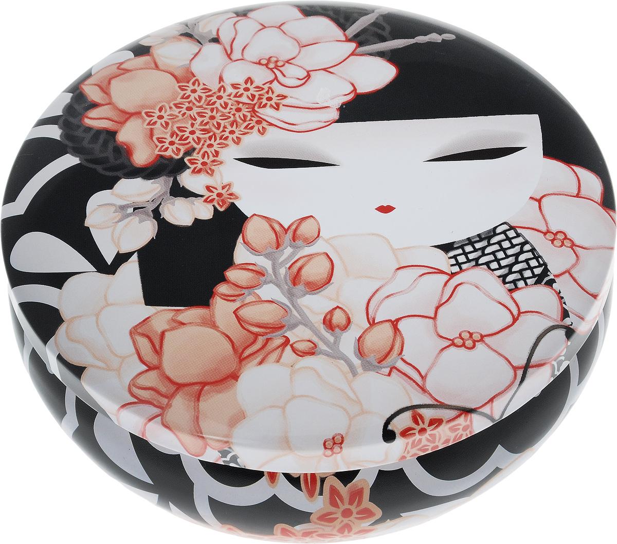 Шкатулка жестяная Kimmidoll Кайо39601Шкатулка жестяная Kimmidoll Кайо изготовлена из жести и оформлена изображением японской куколки кокеши. Шкатулка содержит вместительное отделение, надежно закрывающееся крышкой.Такая шкатулка не только надежно сохранит вашу бижутерию, но и станет необычным украшением интерьера. Размер: 13,5 x 13,5 x 4,5 см.